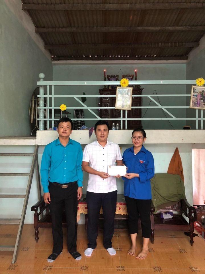 Quận Đoàn tặng quà cho các Đoàn viên thanh niên tiêu biểu trong công tác Đoàn