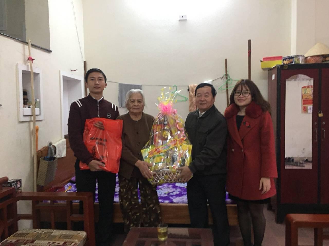 Chi đoàn Chính quyền thăm và tặng quà Bà Mẹ Việt Nam Anh hùng nhân dịp Tết Mậu Tuất 2018