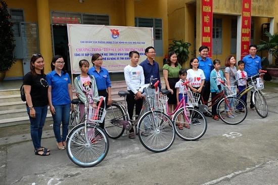 Hòa Hiệp Bắc trao 5 xe đạp cho học sinh nghèo trên địa bàn